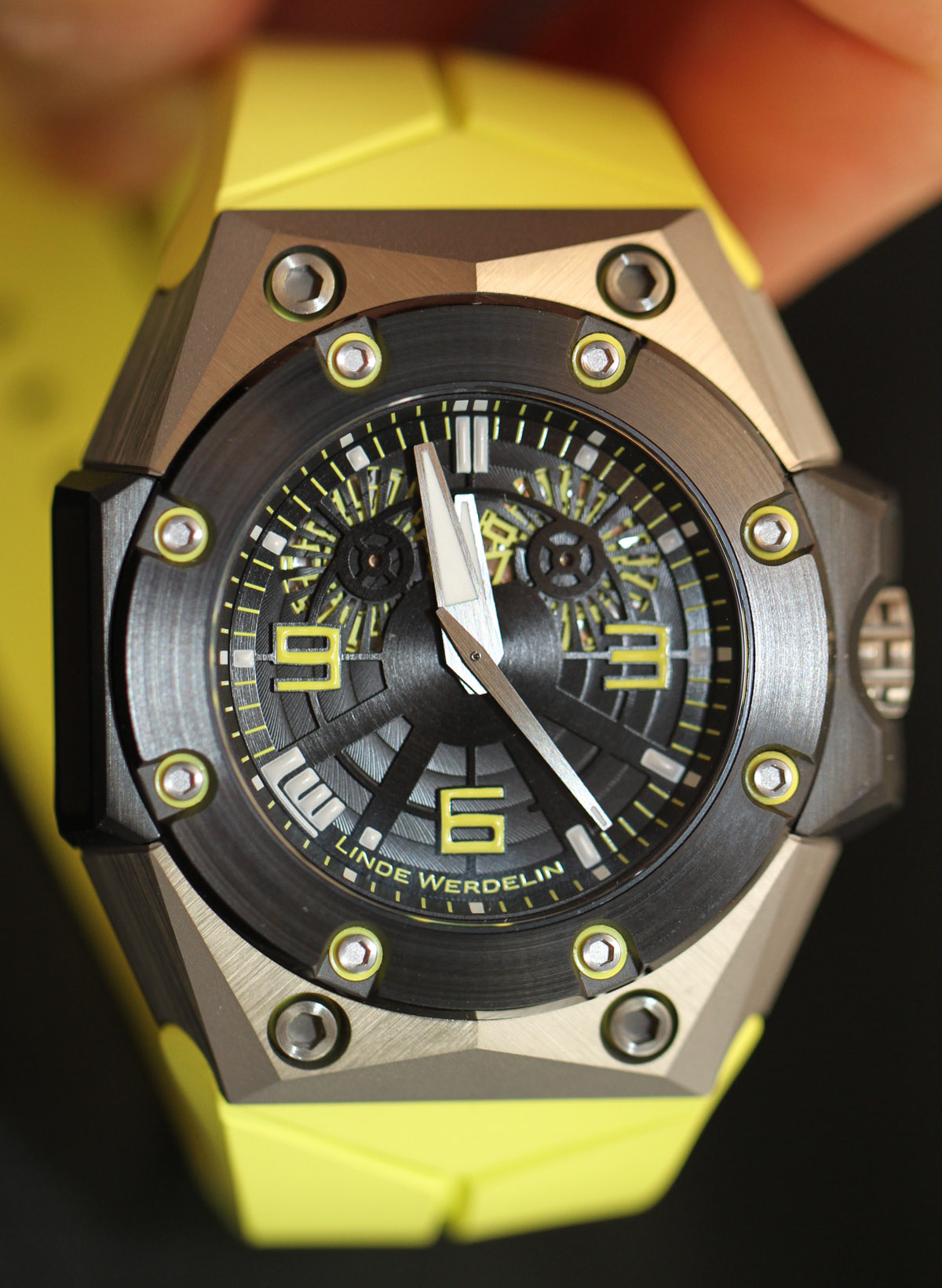 Linde-Werdelin-Oktopus-II-Double-Date-watch-3